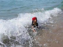 Chłopiec bawić się w morze plaży obrazy stock