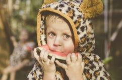 Chłopiec bawić się w ogródzie Chłopiec łasowania arbuz Mały ładny dziecko Zdjęcia Royalty Free