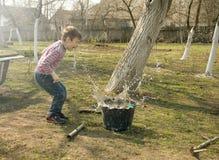 Chłopiec bawić się w ogródzie Zdjęcie Stock
