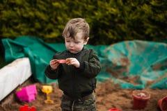Chłopiec bawić się w piasek jamie Fotografia Royalty Free