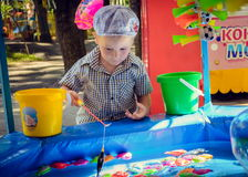Chłopiec bawić się w połowie zdjęcia royalty free