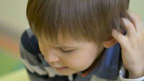 Chłopiec bawić się warcabów w zakończeniu zbiory