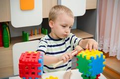 Chłopiec bawić się z blokami na stole fotografia royalty free