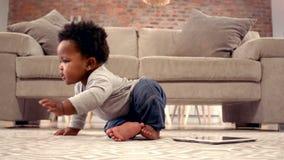 Chłopiec bawić się z cyfrową pastylką zbiory wideo