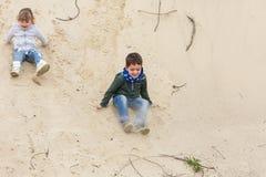 Chłopiec bawić się z dziewczyną Zdjęcie Royalty Free