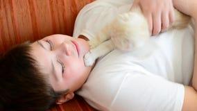 Chłopiec bawić się z figlarką na czerwonej leżance zdjęcie wideo