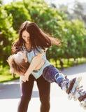 Chłopiec bawić się z jego matką przy parkiem Obrazy Royalty Free