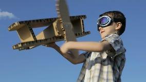 Chłopiec bawić się z karton zabawki samolotem zbiory wideo