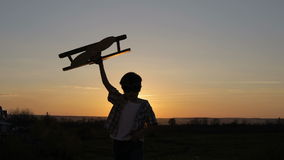 Chłopiec bawić się z karton zabawki samolotem zdjęcie wideo