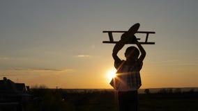 Chłopiec bawić się z karton zabawki samolotem zbiory