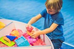 Chłopiec bawić się z kinetycznym piaskiem w preschool Rozwój grzywny silnika pojęcie Twórczości gry pojęcie fotografia royalty free