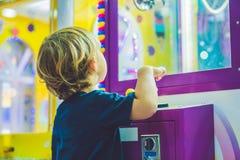 Chłopiec bawić się z kinetycznym piaskiem w preschool Rozwój grzywny silnika pojęcie Twórczości gry pojęcie Obraz Royalty Free