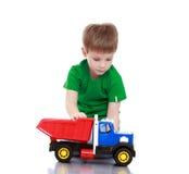 Chłopiec bawić się z maszyną obrazy stock