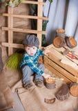 Chłopiec bawić się z narzędziami cieśla zdjęcie royalty free