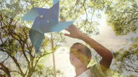 Chłopiec bawić się z papierowym wiatraczkiem zdjęcie wideo