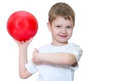 Chłopiec bawić się z piłką Fotografia Royalty Free