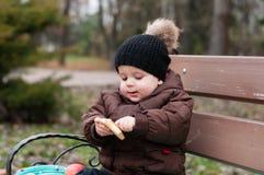 Chłopiec bawić się z piłką w parku obrazy stock