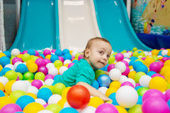 Chłopiec bawić się z piłkami Zdjęcia Stock