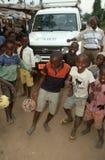 Chłopiec bawić się z piłkami w Burundi. Obraz Stock