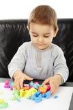 Chłopiec bawić się z plasteliną obrazy royalty free