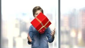 Chłopiec bawić się z prezenta pudełkiem zbiory wideo