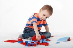 Chłopiec bawić się z projektantem na podłoga Obrazy Stock