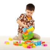 Chłopiec bawić się z projektantem na podłoga Fotografia Royalty Free