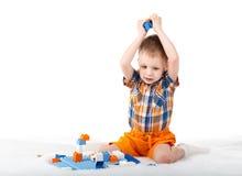 Chłopiec bawić się z projektantem na podłoga odizolowywającej na bielu Zdjęcia Royalty Free