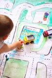 Chłopiec bawić się z samochodami obrazy stock