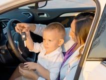 Chłopiec bawić się z samochodowego klucz Zdjęcie Royalty Free