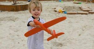 Chłopiec bawić się z samolotem zdjęcie wideo