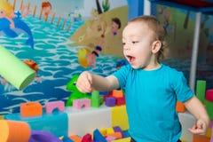 Chłopiec bawić się z sześcianami Obrazy Royalty Free