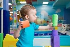 Chłopiec bawić się z sześcianami Zdjęcie Stock