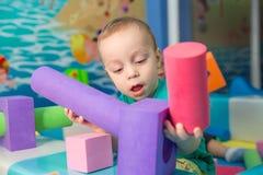 Chłopiec bawić się z sześcianami Zdjęcia Royalty Free