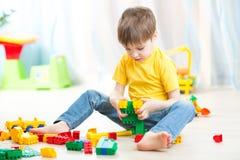 Chłopiec bawić się z sześcianami obrazy stock