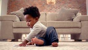 Chłopiec bawić się z telefonem komórkowym zdjęcie wideo