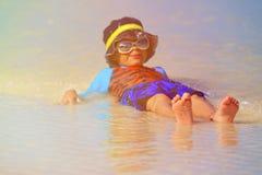 Chłopiec bawić się z wodą na lato plaży Fotografia Royalty Free