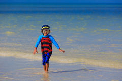 Chłopiec bawić się z wodą na lato plaży Obraz Royalty Free