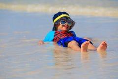 Chłopiec bawić się z wodą na lato plaży Obraz Stock