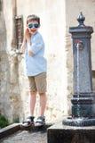 Chłopiec bawić się z wody pitnej fontanną w Włochy Fotografia Royalty Free