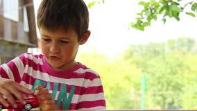 Chłopiec bawić się z zabawkarskim samochodem, chłopiec marzy samochód, Gruntowy krążownik zbiory