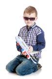 Chłopiec bawić się z zabawkarskim samolotem obraz royalty free