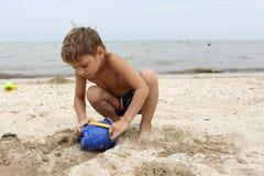 Chłopiec bawić się z zabawkarskim wiadrem Zdjęcie Royalty Free