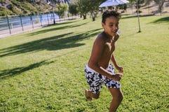 Chłopiec bieg na łące obrazy stock