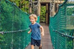 Chłopiec biega na zawieszenie moscie w Kuala Lumpur, malajczyk obraz stock