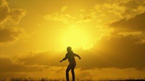 Chłopiec biega przy zmierzchem, wygrywa rywalizację zbiory