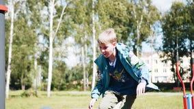 Chłopiec biega w górę i skacze na boisku Wolny playback zbiory