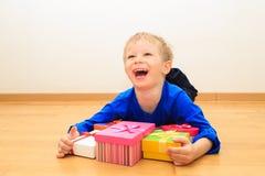 Chłopiec bierze teraźniejszość przy rodzinnym wakacje Obraz Royalty Free