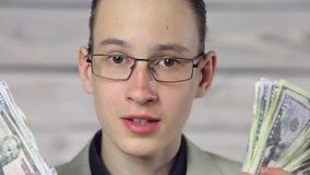 Chłopiec biznesmena mienia fan dolary zbiory wideo