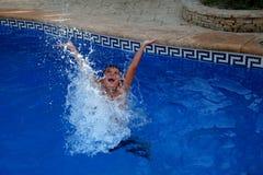 Chłopiec bryzga w pływackim basenie zdjęcia royalty free